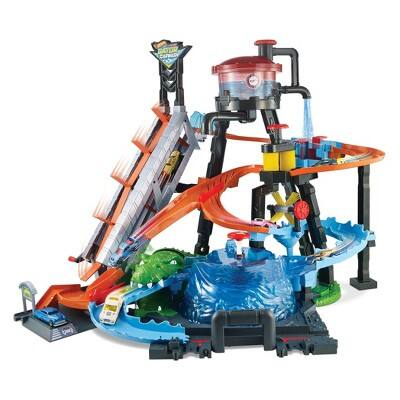 Hot Wheels Ultimate Gator Car Wash Play Set with Color Shifters Car $40